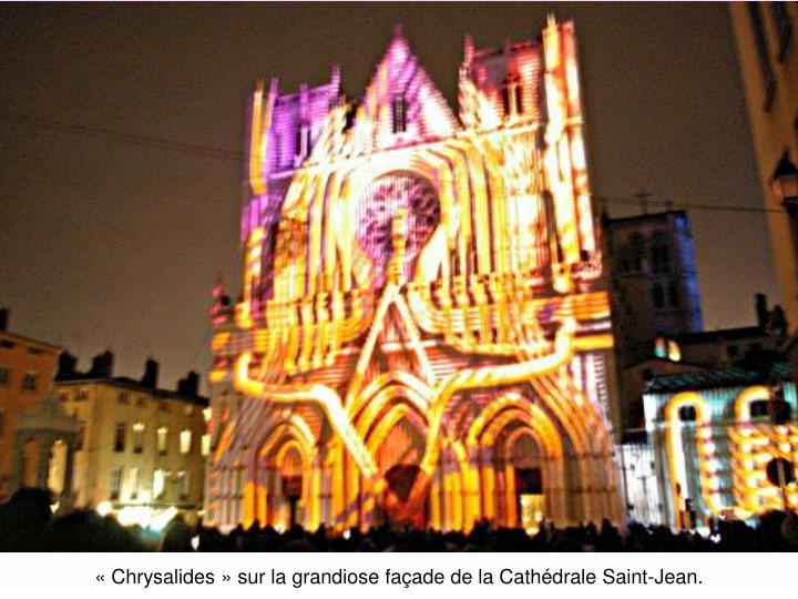 «Chrysalides» sur la grandiose façade de la Cathédrale Saint-Jean.