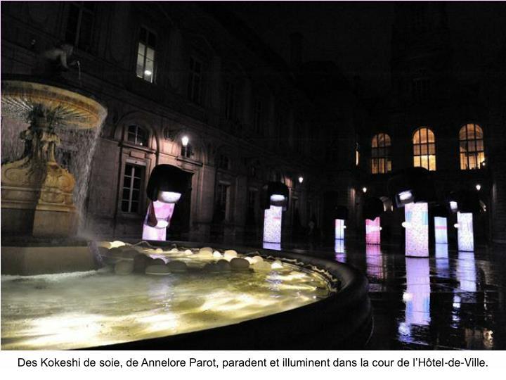 Des Kokeshi de soie, de Annelore Parot, paradent et illuminent dans la cour de l'Hôtel-de-Ville.