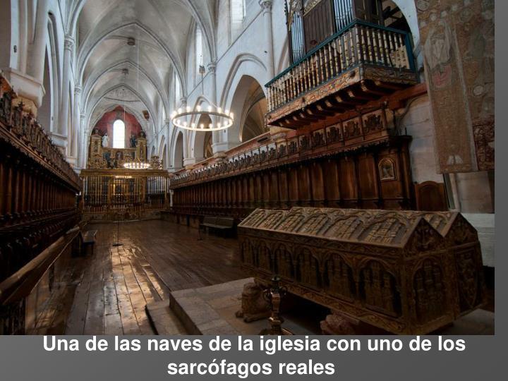 Una de las naves de la iglesia con uno de los sarcófagos reales
