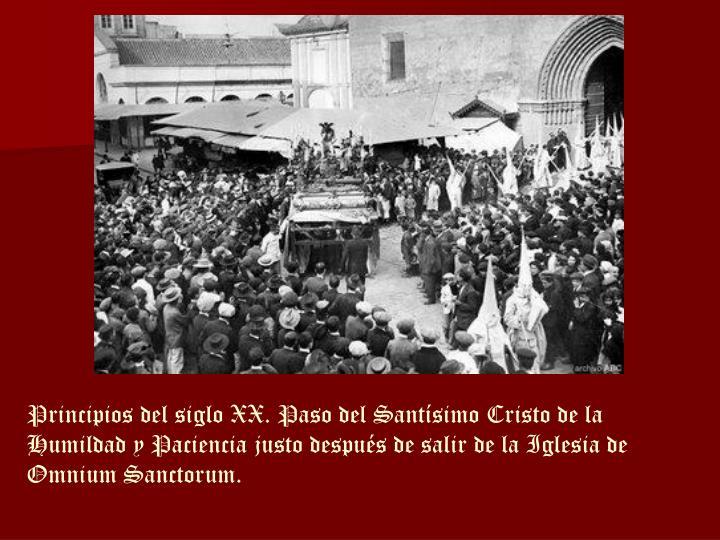 Principios del siglo XX. Paso del Santísimo Cristo de la Humildad y Paciencia justo después de salir de la Iglesia de Omnium Sanctorum.