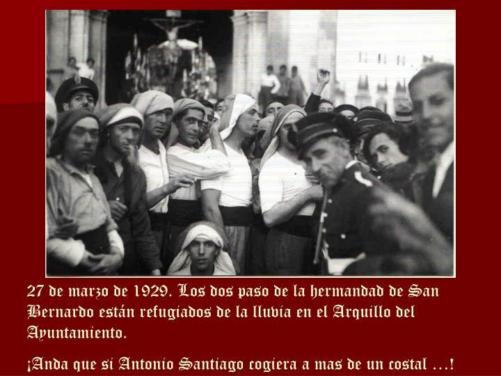 27 de marzo de 1929. Los dos paso de la hermandad de San Bernardo están refugiados de la lluvia en el Arquillo del Ayuntamiento.