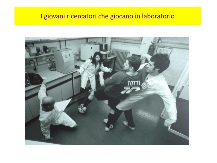 I giovani ricercatori che giocano in laboratorio