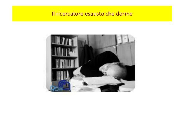 Il ricercatore esausto che dorme