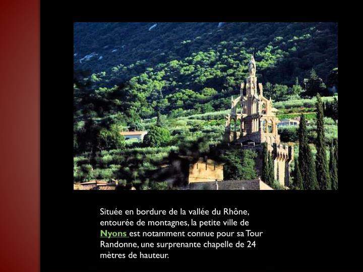 Située en bordure de la vallée du Rhône, entourée de montagnes, la petite ville de