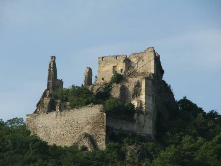 Die Burgruine Dürnstein, ist durch seine Verbindung mit der Geschichte über den englischen König Richard Löwenherz, bekannt. Dieser wurde von Dezember 1192 bis März 1193 in Dürnstein oder einer Nebenburg gefangen gehalten und dann an den deutschen Kaiser Heinrich VI. ausgeliefert.