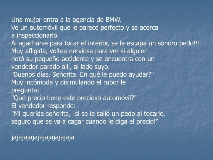 Una mujer entra a la agencia de BMW.