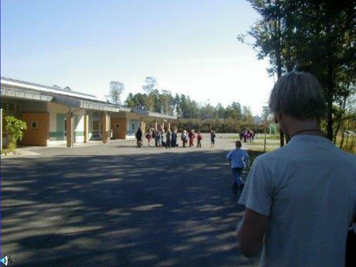 Skolegård mot ballbaner